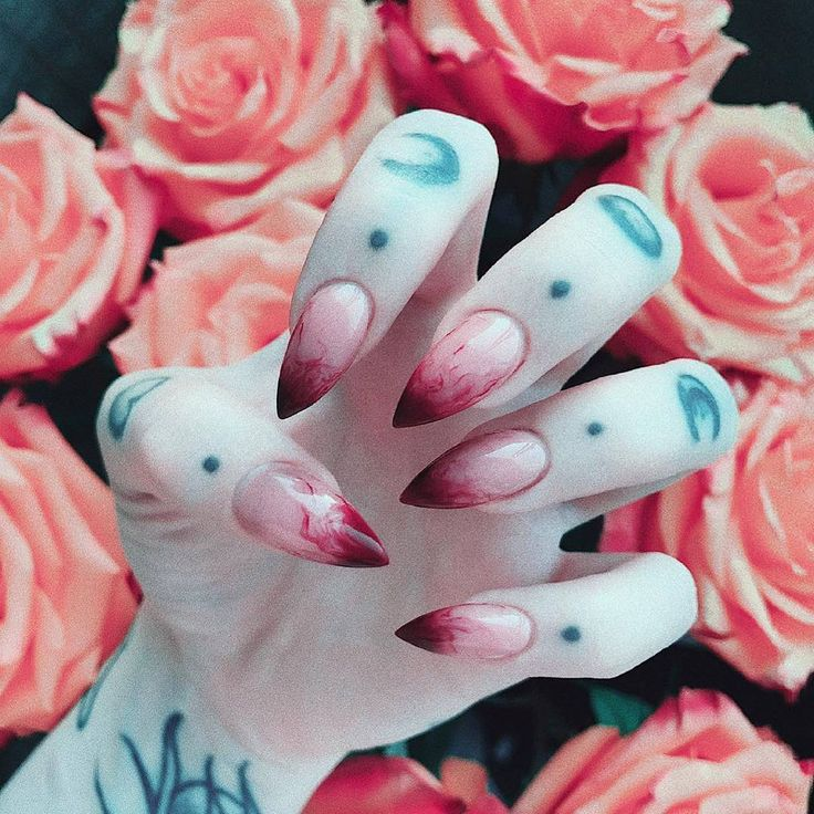 "4,110 gilla-markeringar, 20 kommentarer - ROGUE + WOLF ♥ Official Page (@rogueandwolf) på Instagram: ""Blood claws, so deadly! Would you rock them? @sofi_neya - - - - - #rogueandwolf #bloodnails…"""