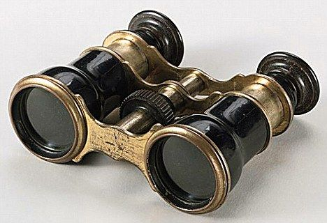 The opera glasses carried by U.S. president Abraham Lincoln when he was assassinated in 1865 are up for auction next week and could fetch up to $ 700,000