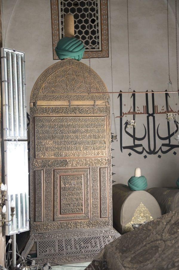 """1273 yılında Mevlâna'nın mezarı üzerine türbe yapımı ile başlayan inşâî faliyet, 1854 yılında Derviş Hücrelerinin yapımı ile tamamlanmıştır. Mevlevî Dergâhı ve Türbe 1926 yılında """"Konya Âsâr-ı Âtika Müzesi"""" adı altında Müze olarak hizmete başlamıştır. 1954 yılında ise Müzenin teşhir tanzimi yeniden elden geçirilmiş ve adı """"Mevlâna Müzesi"""" olarak değiştirilmiştir. (Konya, Türkiye)"""