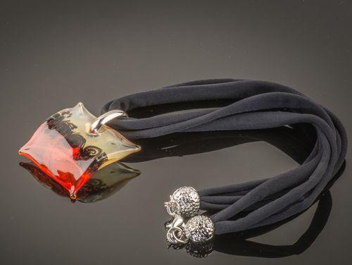 Hanger van Murano glas. Combineer met een glazen ring, the finishing touch voor elk kledingstuk.