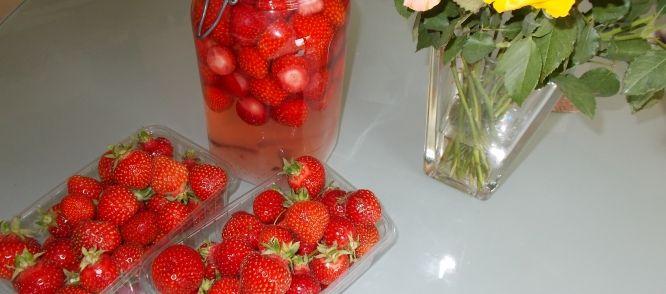 Mijn Zelfgemaakte Heerlijke Aardbeienlikeur Met 'n Vleugje V recept | Smulweb.nl