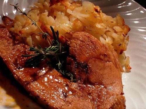 Rouelle de Porc en Cocotte au Four (pour 5 personnes) Ingrédients: 1 rouelle de jambon de porc (env.1kg) 1 oignon 2 gousses d'ail 1 branche de thym et de romarin 2 feuilles de laurier 4 dl de Pinot blanc d'Alsace 1 càc de concentré de tomate 1 càc de...