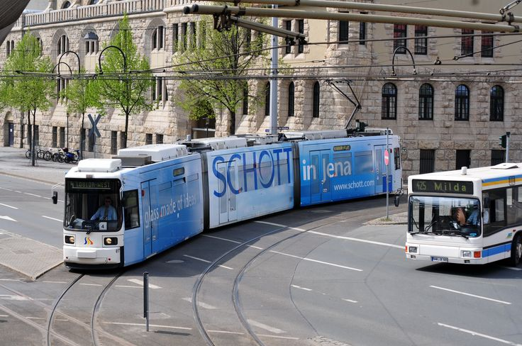 <Jena> イェーナ市公社系列のイェーナ近郊交通(Jenaer Nahverkehr)で最大勢力を誇るGT6M-ZR連接車。1995年から導入が始まったが車両メーカーの合従連衡と重なったため、車番601から610まではAEG製、97年製の611から619までの9編成はアドトランツ、620以降の14編成は2002年から03年にかけボンバルディアで製造された。イェーナは旧東独にありながらタトラ車の侵食をあまり受けておらず、GothaやRekowagenが多数残る土地だったが、同じドイツ製のGT6Mの導入で淘汰が進んだ。写真の617はアドトランツ製。