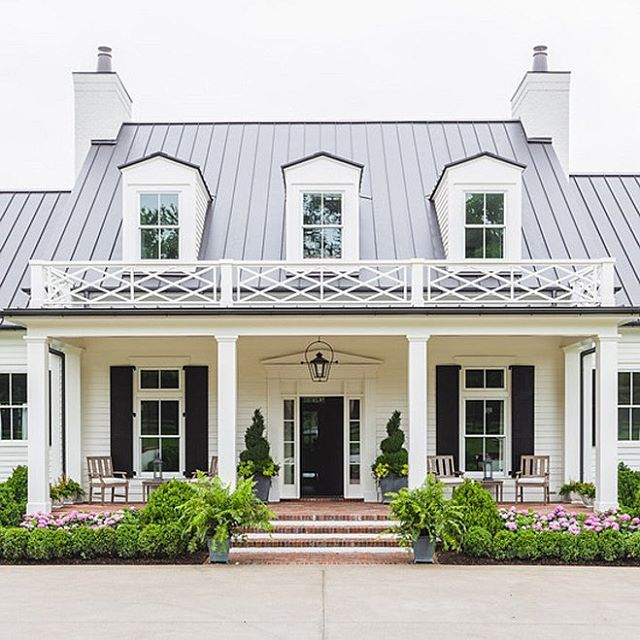 Ok one more white house  ❤️ Love everything about it!  Also head to the blog to see this weekend sales picks!  Have a great night.  via @homebunch