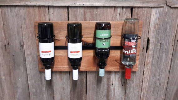 Botellero de pared Titulares de metal negro Montado sobre madera barnizada palet reciclado Soportes de montaje incluidos Vino no incluido. Traralgon situado Australia 3844
