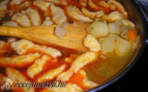 Magyaros burgonyaleves házi vajgaluskával recept