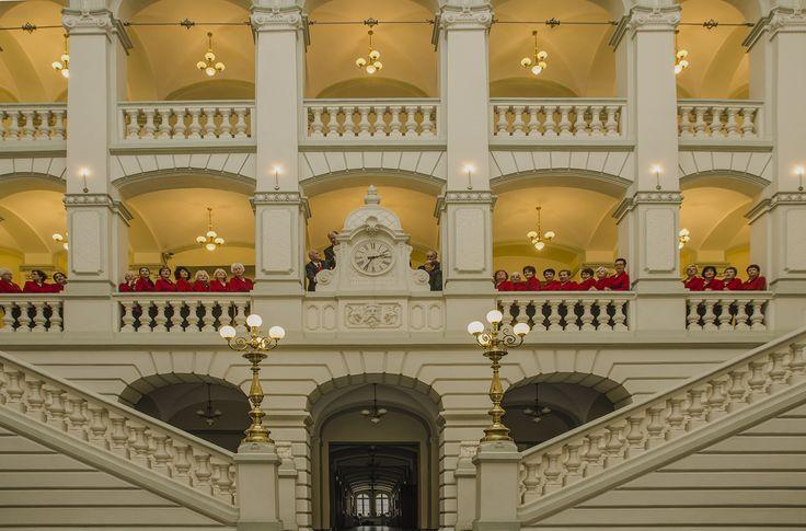 Chór Bytomskiego Uniwersytetu Trzeciego Wieku | we wnętrzu neorenesansowego Sądu Rejonowego | Bytom | fot. Kazimierz Wojtaszek