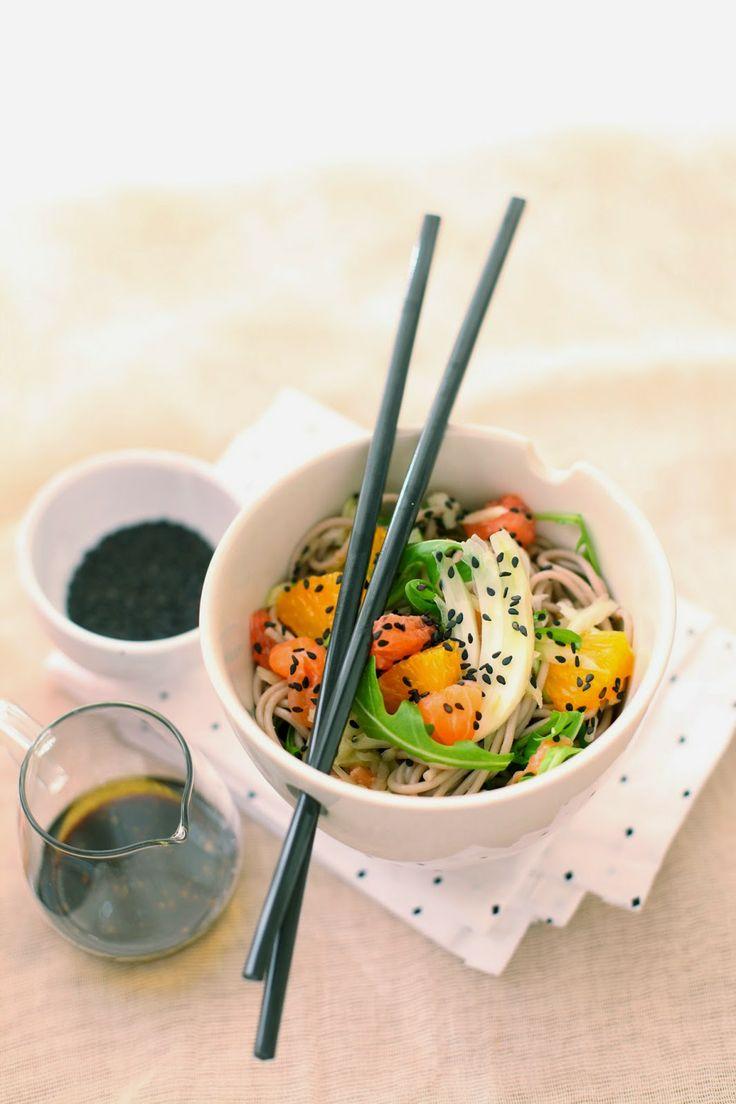 Salade de nouilles soba, saumon, pamplemousse, fenouil, roquette et sésame