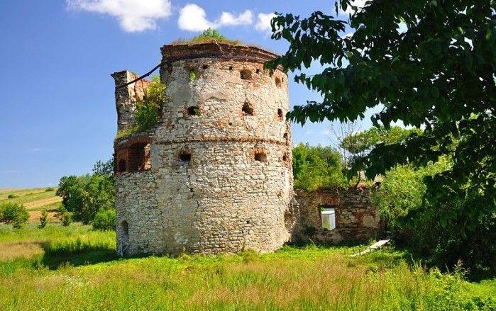 Ruiny zamku w Pruchniku. Po wspaniałej budowli z XVI/XVII wieku, pozostała okazała baszta i rozlewiska po otaczających zamek fosach. #zamek #Pruchnik #Podkarpacie #widoki #architektura #weekend #wiosna/ #Poland #travel #castle #views #history