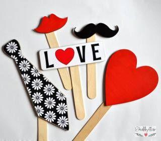 shabbyflair Photo Booth Set LOVE besteht aus fünf robusten Holzteilen mit Holzstielen Die Schilder können durchaus öfter verwendet werden, ideal als A