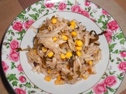 Topinambur sałatka z kukurydzą, kiszoną kapustą (jabłkiem)+ sezam,sok z cytryny,mielony imbir, siemię,