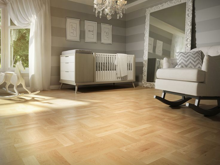 Chambre de bébé grise et blanche avec plancher de bois franc clair