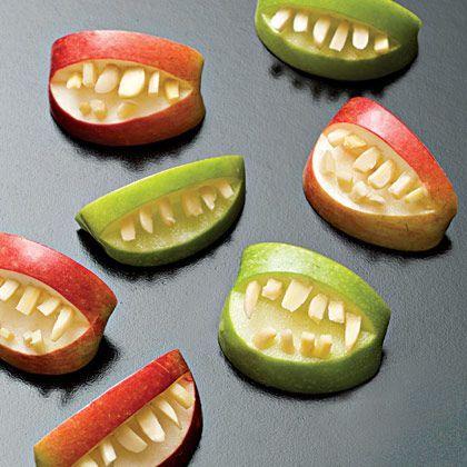 -coupe quelques pommes en quartiers dans chaque quartier, coupe et retire la forme d'un mini quartier -enfonce des morceaux d'amandes dans la pomme pour placer les dents (si tu ne les sers pas immédiatement, arrose les pommes de jus d'orange pour éviter qu'elles ne noircissent)