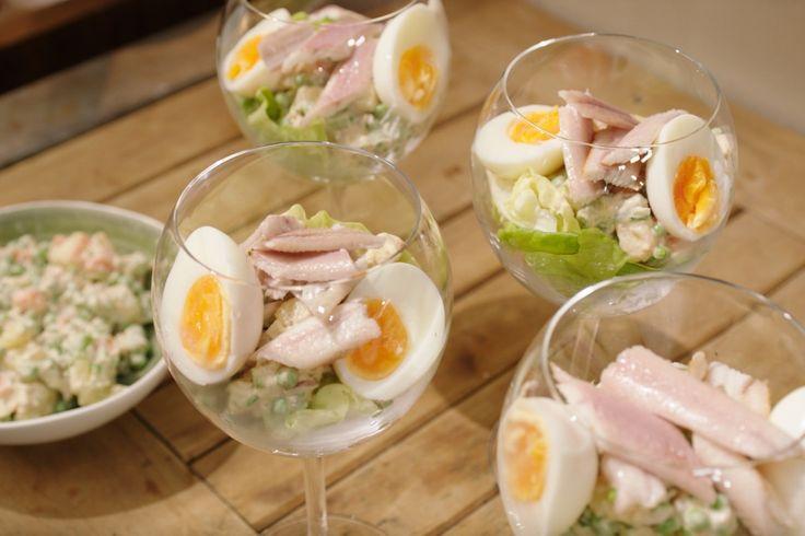 De uitdrukking 'à la Russe' wordt in de klassieke keuken gebruikt voor alles wat een beetje exotisch is. Een Russisch ei is een aardappelsalade met hardgekookte eieren en groenten waarbij vis geserveerd wordt.