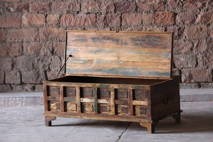 Vacker kista av färggrant återvunnet trä  Kistan är symmetrisk vilket gör att den även passar bra som soffbord.   Längd/djup/Höjd: 120/60/45 cm Innermått: Längd/djup/höjd: 115/53/33 cm