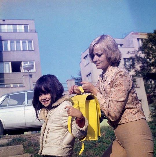 Jana Brejchová vyprovází do školy svou dceru Terezu.