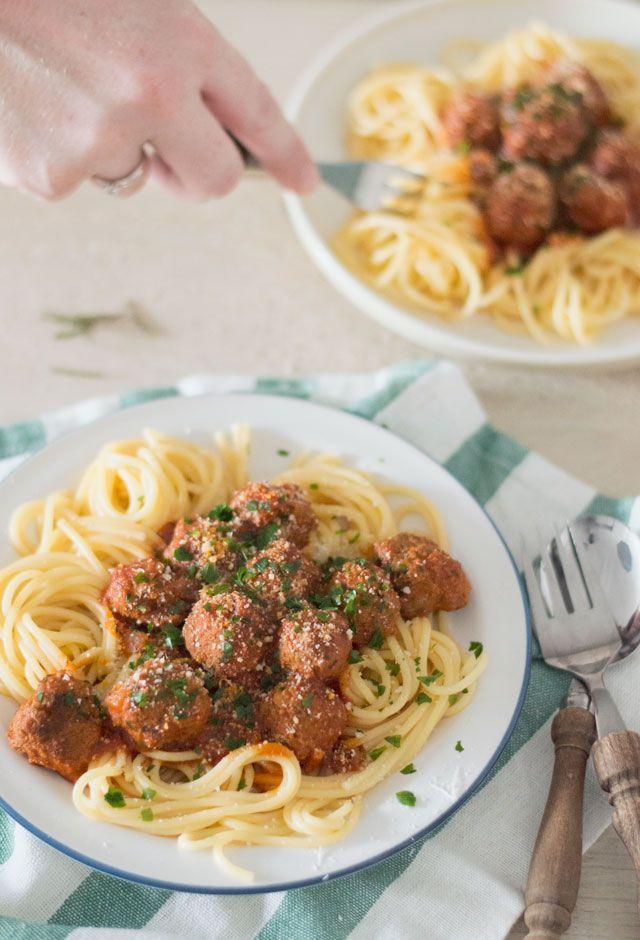 Het LEKKERSTE recept voor spaghetti met gehaktballetjes. Deze Italiaanse klassieker zet je eenvoudig op tafel en is echt geweldig lekker!