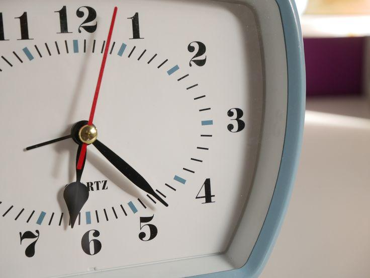 Après les vacances et les grasses matinées à répétition il est souvent compliqué de se replonger dans nos bonnes vielles habitudes de l'année .. Cet articles va peut être t'aider à régler ton réveil pour 6h avec un peu moins de rancune | 5 astuces pour un réveil plus simple - KapuBlog
