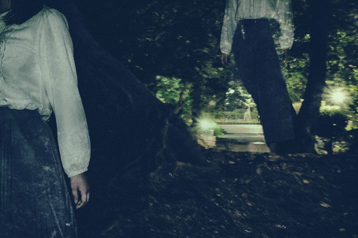 「暗い森の中をさまよい続ける女性暗い森の中をさまよい続ける女性」[モデル:さとうゆい]のフリー写真素材を拡大