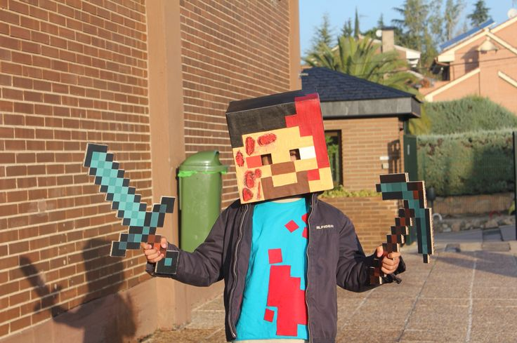 """DISFRAZ DE STEVE MUERTO PARA HALLOWEEN (ideal para los adictos a Minecraft).  Os enseño el disfraz DIY de Steve """"muerto"""" para Halloween. Uno de los personajes favoritos de Minecraft de mi hijo Pelayo. Ensangrentado para la ocasión y con su espada y pico de diamante . #custome. #minecraft #halloween. #steve  #sword #DIY"""