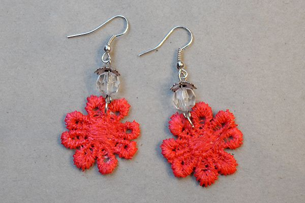 Earrings made of red lace and pearls. http://www.minka.fi/korvakorut-pitsikorvakorut-c-36_39.html