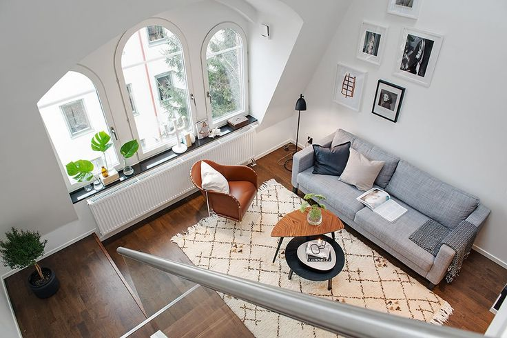 Dit appartement, gelegen in hartje Stockholm, maakt al je dromen waar. Het is ruim, heeft een prachtige houten vloer en klassieke boogramen.