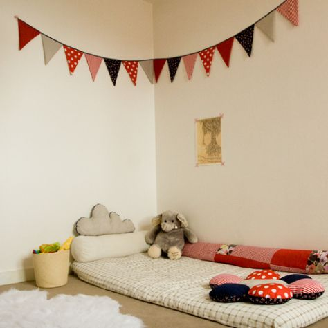 Espace de jeu montessori et guirlande de fanions