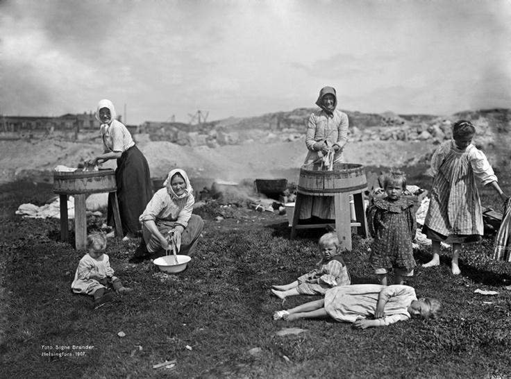 Pyykinpesijöitä Leppäsuolla. Foto: Signe Brander, 1907.