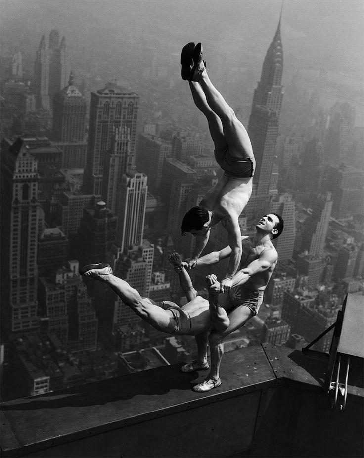Acrobatas se equilibrando no topo do Empire State, em 1934.