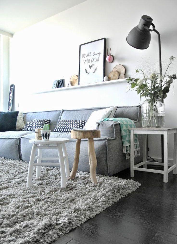 Sala - ideia: parede cinza, cores neutras, composição sobre o sofá, luminária, vaso de vidro, mesinhas