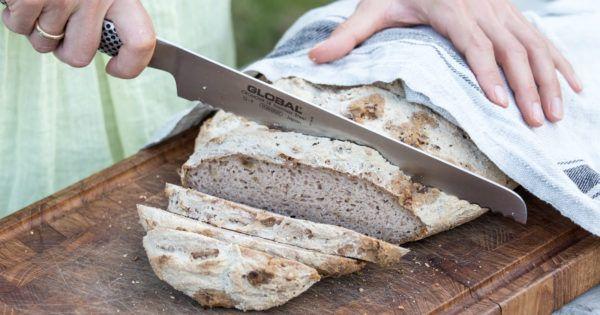 Lær hvordan du bager let, lækkert og luftigt glutenfrit brød, der smager så fuglene synger! Så du aldrig mere skal nøjes med tørt, tungt eller klistret brød.