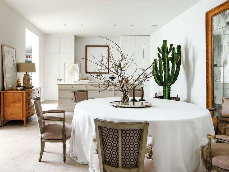 EL GRAN COMEDOR Lo forman una mesa camilla con falda de lino y sillas Directorio, de Isabel Martínez, tapizadas con un terciopelo de Brochier.
