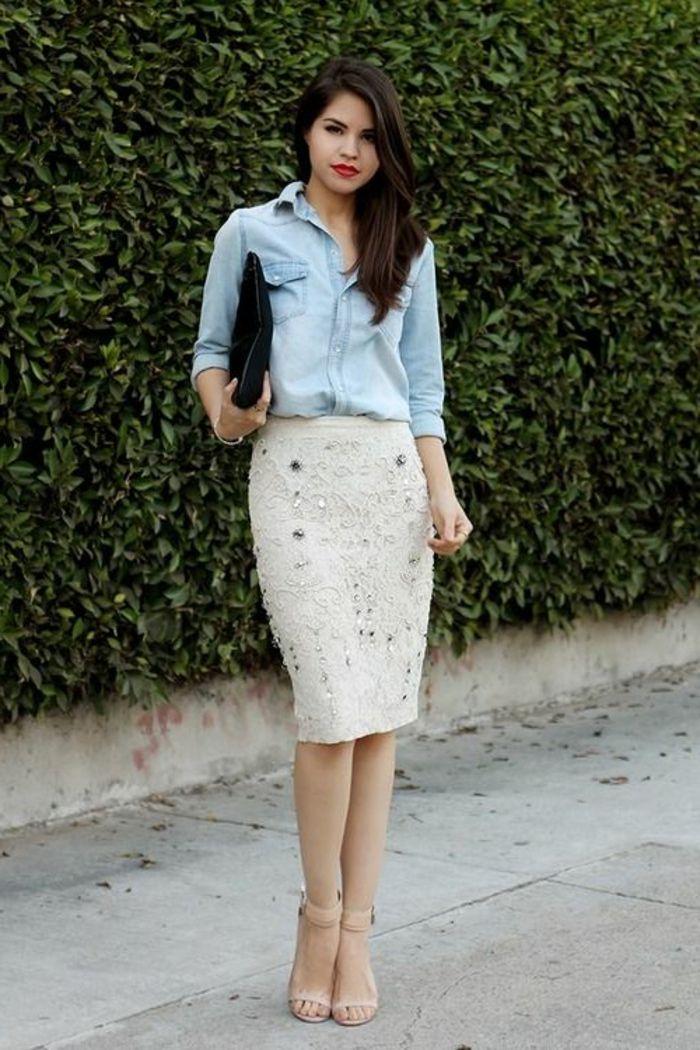 une jupe droite en dentelle blanche, chemise en denim de couleur bleu