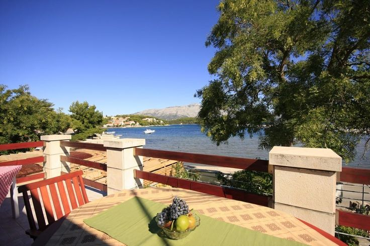 Maison à Lumbarda, Croatie. Our cool Lumbardina A2 apartment is situated in TOP location, in the heart of the small, picturesque fishing village Lumbarda.The apartment is in the center,the seafront only 10m from the sea, new, fully equipped, spacious with provided parking sp...