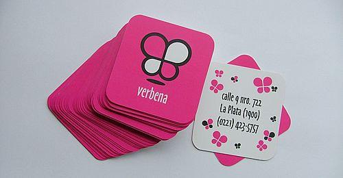 Ce modèle de carte de visite est original de par sa forme carré qui fait penser à un dessous de verre et sa couleur rose fluo qui attire le regard. Le graphisme très simplifié de plusieurs papillons qui volent autour du texte transcrit des valeurs enfantines mais sereines et de confiance, c'est une carte de visite design efficace.