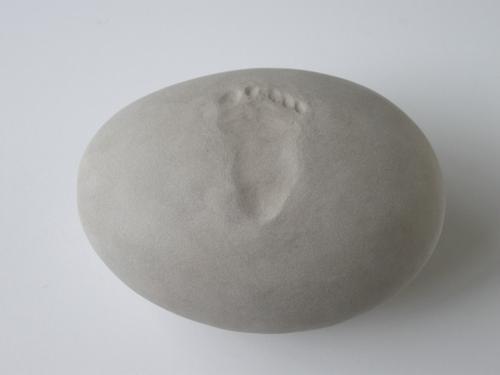 kiezel urn met voetafdrukje   om de as van een te vroeg geboren overleden kindje in te bewaren.
