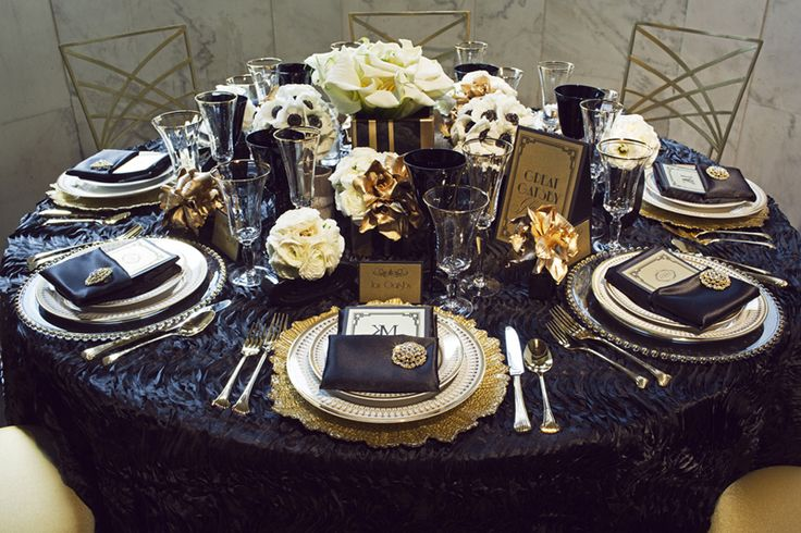 Great Gatsby navy and gold tablescape | Centerpieces in ...