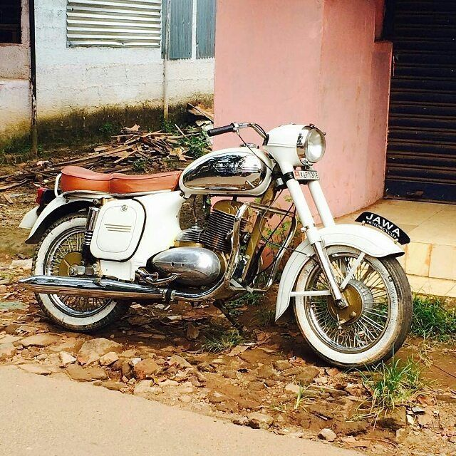 Jawa 250cc in white.  Repost @saal_sha  #jawa #jawamotorcycles.com#jawamotorcycles #jawayezdi #idealjawa#2stroke #bikersofinstagram #bikeswithoutlimits #bikestagram #bikers #bikelife #bikeride #bikeporn #bikergang #motorcycles #yezdi #retro #czech #vintage #vintagebike #india #motocross #motorsport #motorbike #czechoslovakia