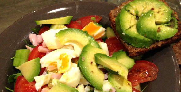 5 x gezonde lunch tips en recepten & extra: -Kip en groentes van avondeten, avocado, tomaatje, handje noten erdoor. Overgebleven portie als lunch.  - quinoa; afgesloten bakje gekookte quinoa in koelkast + 's ochtends wat groente bij. - Drukke week, op zondag: koop veel groente, eieren, kip en zet alvast 4/5 bakjes klaar in de koelkast.  - makreel lekker met rauwkost, meergranenwrap met huttenkase, spinazie en kip, rode bietjes met geitenkaas en rucola, eieren met groenten ook koud lekker.