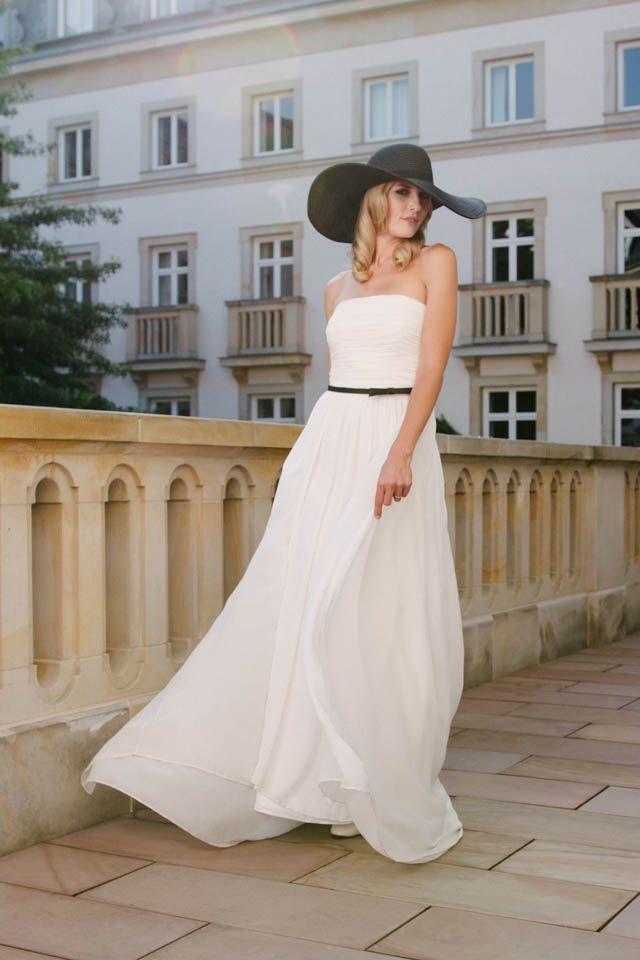 Leicht, schlicht und zart, einfach ein traumhaftes Brautkleid! Unsere Faye ist ein Traum aus Seide mit gerafftem Oberteil und einem locker fallenden Rock.