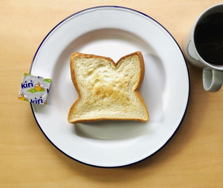 シンプル #朝ごはん#朝#モーニング#おうちごはん#sunday#morning#厚切りトーストの会#厚切りトースト#トースト#toast#アレンジ#オープンサンド#食パン#パン#パンデュース#painduce#大阪#本町#バター#kiri#シンプル#コーヒー#coffee#パンスタグラム