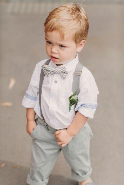 adorable este peque con su outfit color gris con moño , muy chic para el día de la boda