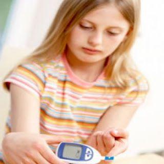Pencegahan dan Pengendalian Diabetes pada Anak – Penyakit diabetes pada anak-anak perlu semakin diwaspadai para orang tua. Jumlah anak-anak penderita diabetes terus meningkat, seiring dengan perubahan gaya hidup. Penyakit diabetes pada anak-anak dipengaruhi oleh berbagai faktor, seperti pola makan yang buruk, adanya riwayat diabetes di keluarga, anak lahir dengan berat badan rendah, serta kegemukan (obesitas).