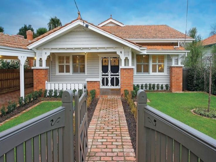 Brick californian bungalow house exterior with balustrades & hedging - House Facade photo 522841