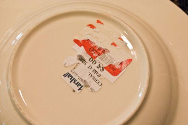 Utilisez du vinaigre blanc pour enlever étiquette sur une assiette / Une…