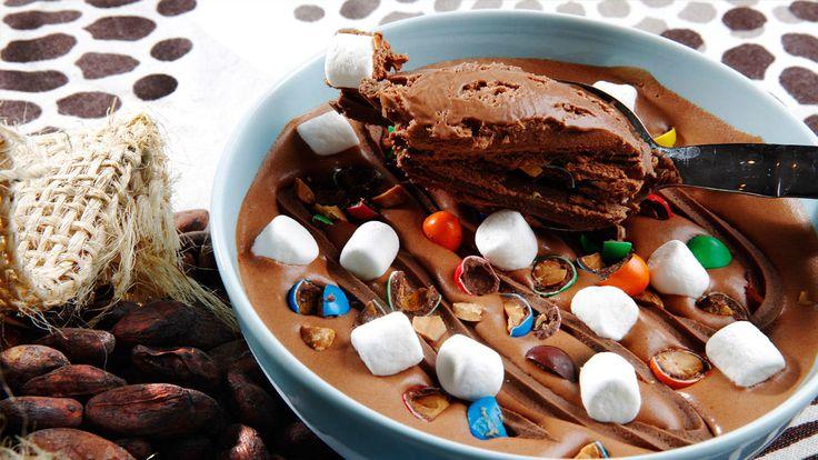Hjemmelaget isparfait med nugatti, marshamallows og godteri
