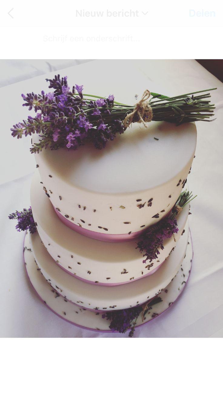 Bruidstaart wit met verse lavendel decoratie