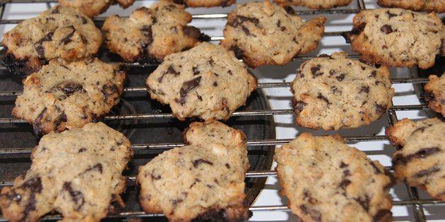 Cookies med lune chokoladestykker og gylden teint.