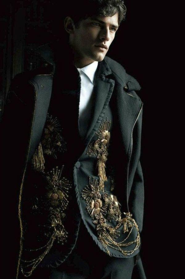 """Dândi Palavra originada do inglês dandyusada para denominar os jovens britânicos do início do século XIX que se vestiam de maneira excêntrica e possuíam comportamento afetado. Posteriormente, tornou-se também sinônimo de homem elegante e preocupado com sua aparência. George Bryan """"Beau"""" Brummel, o escritor Oscar Wilde e o estilista Oswald Boateng são considerados exemplos de dândis. Amaro Guedes Pinto, que foi retratado por Antônio Manuel da Fonseca (1796-1890) em 1832, exerceu funções…"""