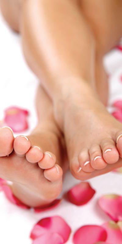 Spapedikyr er en herlig behandling for henne! Opplevelsen inkluderer først et deilig fotbad, skrubb og massasje av føttene og pleie til neglene. En gave hun vil sette pris på!